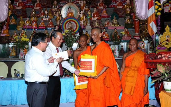Phó Thủ tướng Thường trực chúc Tết Chol Chnam Thmay tại Trà Vinh và TPHCM