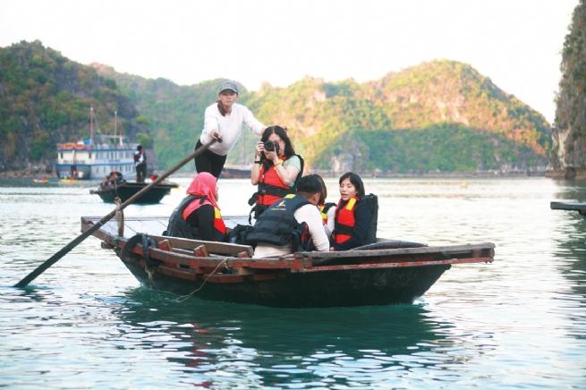 Khám phá Hang Sáng Tối- Vẻ đẹp huyền bí  trên vịnh Lan Hạ