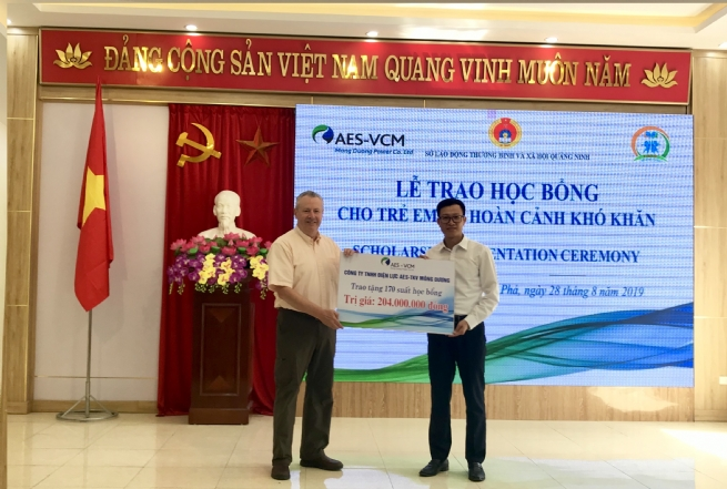 AES-VCM Mong Duong Power Company Presents 170 Scholarships to Disadvantaged Children