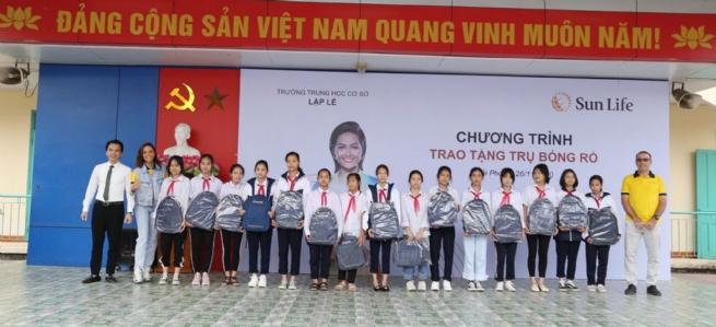 Sun Life trao tặng trụ và quả bóng rổ cho 51 trường học trên cả nước