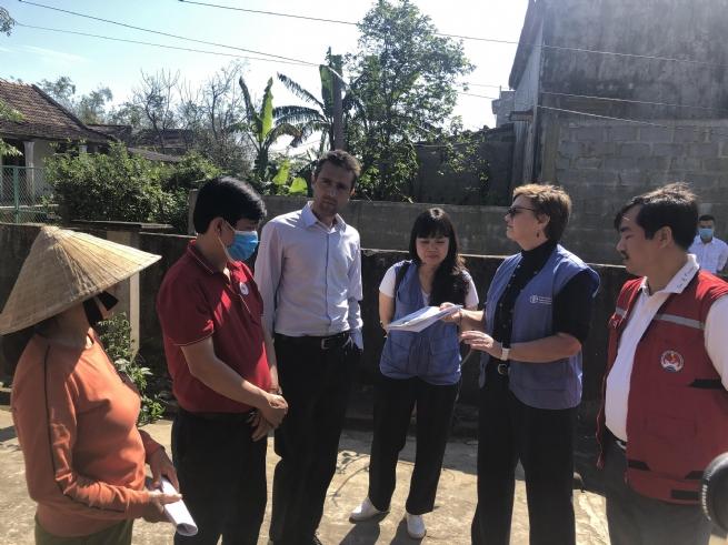 Bàn giao tiền hỗ trợ các nông dân bị ảnh hưởng bởi bão lũ tại Quảng Bình
