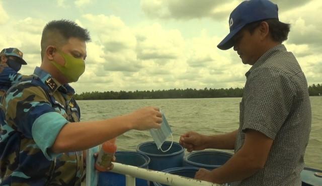 Hải đoàn 129/Tổng Công ty Tân Cảng Sài Gòn hỗ trợ nước ngọt cho nhân dân huyện Giồng Trôm, tỉnh Bến Tre