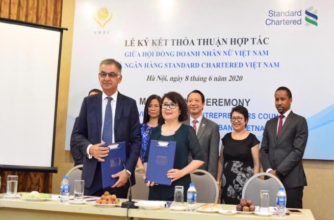 """Standard Chartered """"bắt tay"""" Hội đồng Doanh nhân nữ Việt Nam hỗ trợ các doanh nghiệp do phụ nữ làm chủ"""