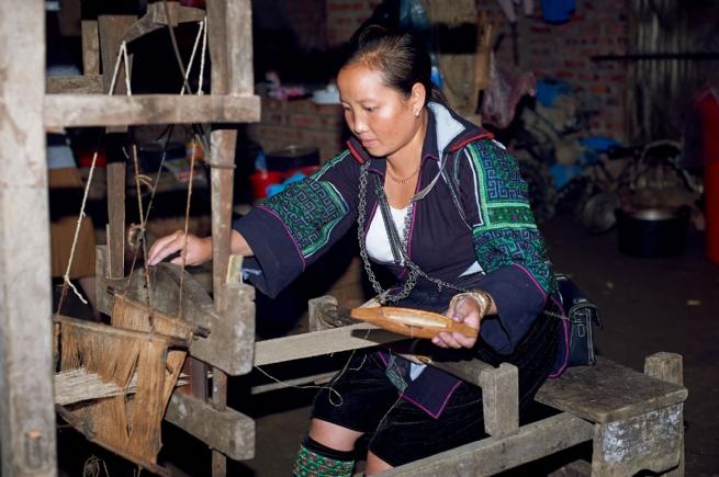 Sức sống mới cho nghề dệt lanh vải thổ cẩm của người H'Mông đen ở Sa Pa