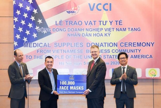 Doanh Nghiệp Việt Nam trao tặng Mỹ 1,3 triệu khẩu trang và vật tư y tế