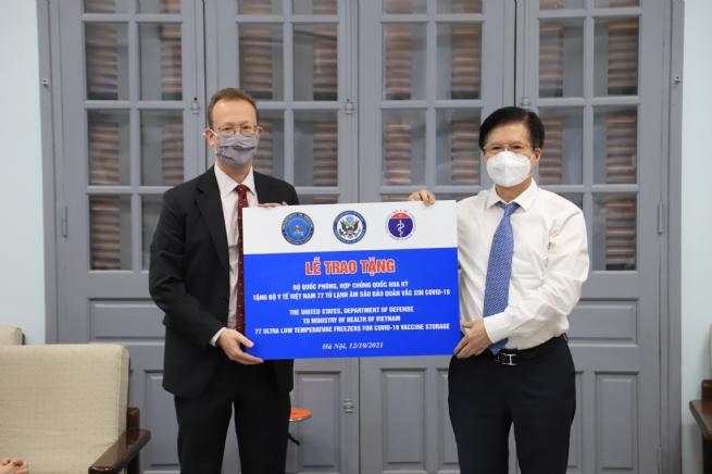 Tiếp nhận 77 tủ lạnh âm sâu bảo quản vaccine do Hoa Kỳ tặng