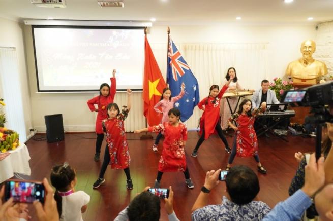 Đậm sắc Tết cộng đồng người Việt tại các nước