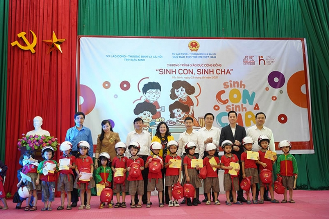 "The first ""Sinh Con, Sinh Cha"" workshop of the Golden Ox year reaches 300 parents and kindergarten children of Bac Ninh province"