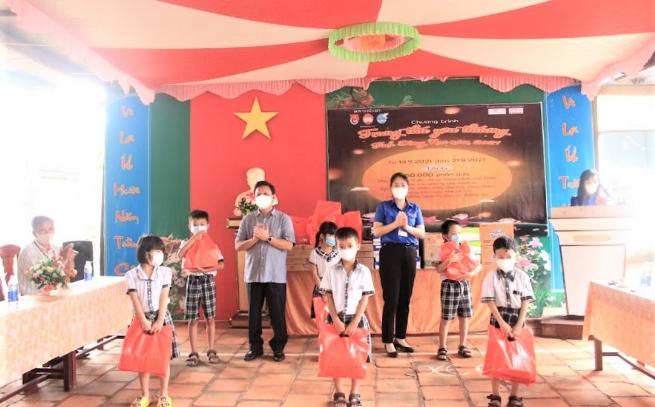 Nestlé Việt Nam tặng quà cho thiếu nhi Đồng Nai ảnh hưởng bởi Covid-19
